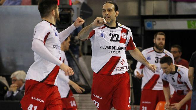 Garabaya choca su mano con su compañero Garciandía en la final de la...