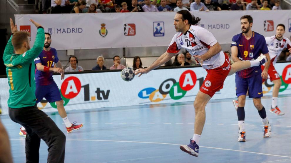 El pivote del Logroño batiendo a Pérez de Vargas mediante una rosa.