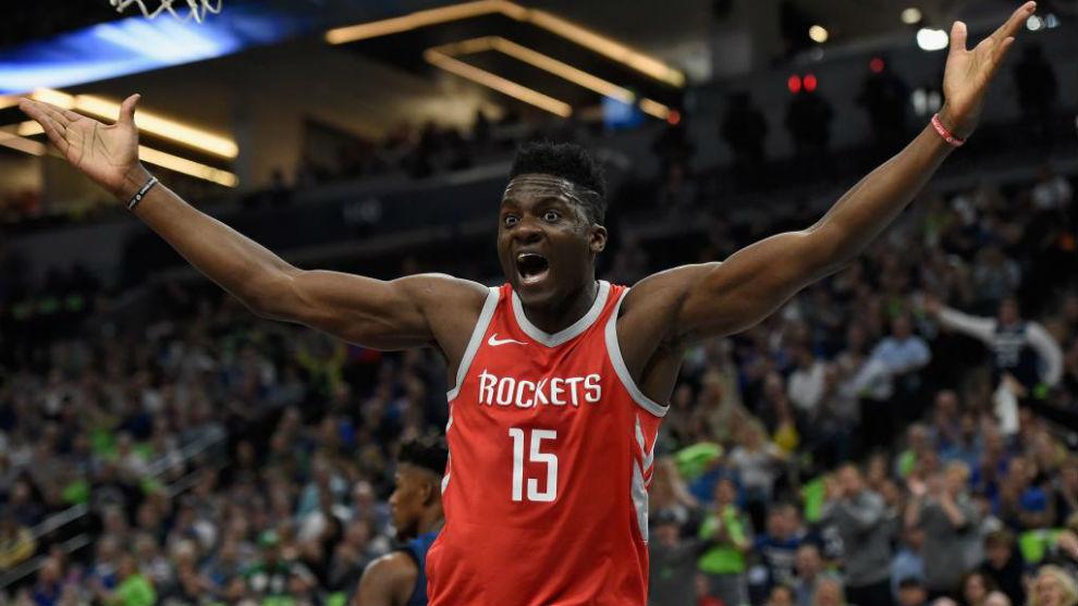 Clint Capela se queja de una acción en los 'playoffs' de la NBA