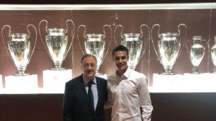 Reguilón y Florentino Pérez, en el Bernabéu.