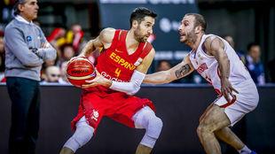 Sergi Vidal defendido por un jugador de Montenegro