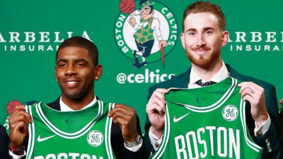 Kyrie Irving y Gordon Hayward posan con la camiseta de los Celtics