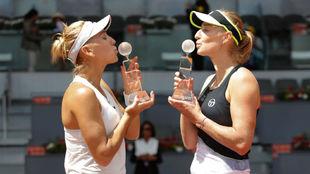 Elena Vesnina y Ekaterina Makarova besan los trofeos de campeonas.