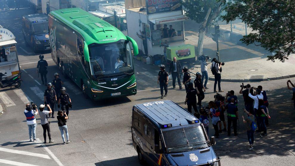 Llegada de los equipos al derbi del Benito Villamarín