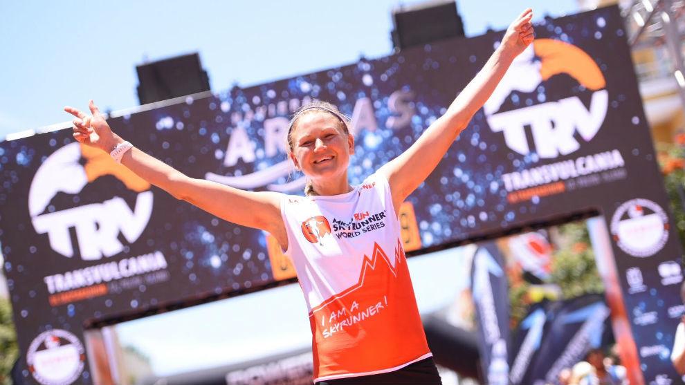 Ida Nilsson cruza la meta en primera posición.