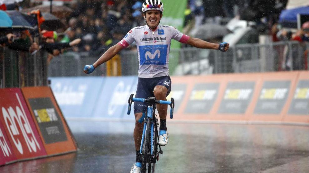 Carapaz celebrando el triunfo de etapa en el Giro.
