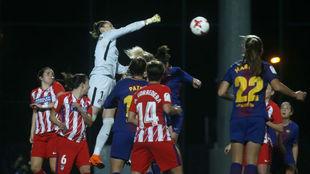 Lance de un partido entre Atlético de Madrid y Barcelona esta...