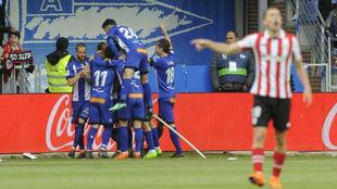 Los jugadores del Alavés celebran el gol de Guidetti.