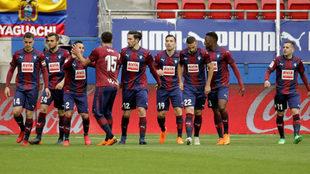 Los jugadores del Eibar celebran el gol de Charles.