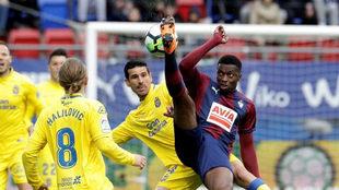 Vicente disputa un balón con Diop.