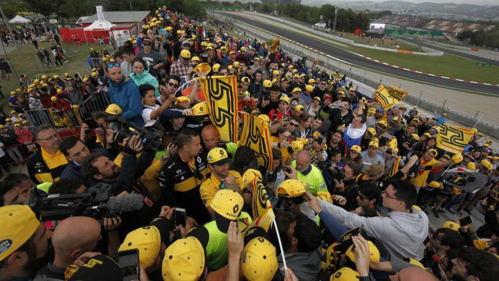 Sainz, firmando autógrafos en la grada de sus aficionado para el GP...