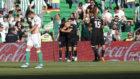 Los jugadores del Sevilla celebran el gol de Ben Yedder