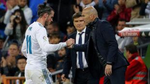 Zidane saluda a Bale en el cambio.