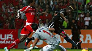 Riascos marca un gol ante Toluca en el Nemesio Diez