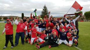 La plantilla del CF Briviesca celebra el ascenso