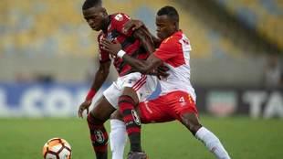 Vinicius Junior disputa el balón con Carlos Arboleda.