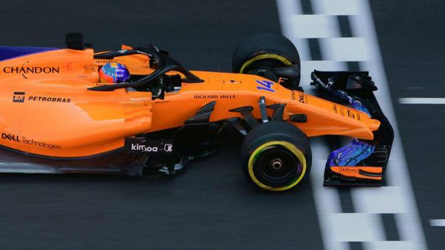 Fernando Alonso pasa por meta durante la calificación de ayer.