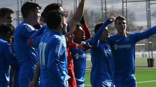 Los jugadores del Getafe B celebran su clasificación para los...