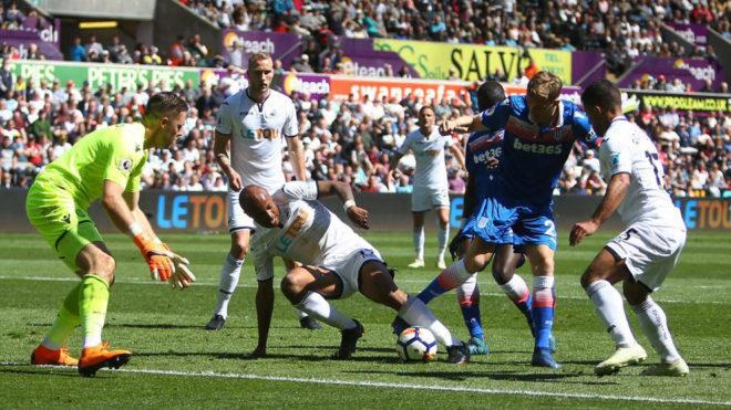 Crouch intenta controlar el balón ante la defensa del Swansea.