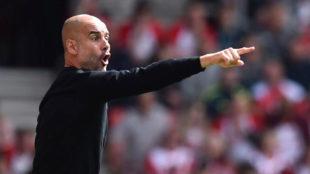 Guardiola da instrucciones durante el partido ante el Southampton.