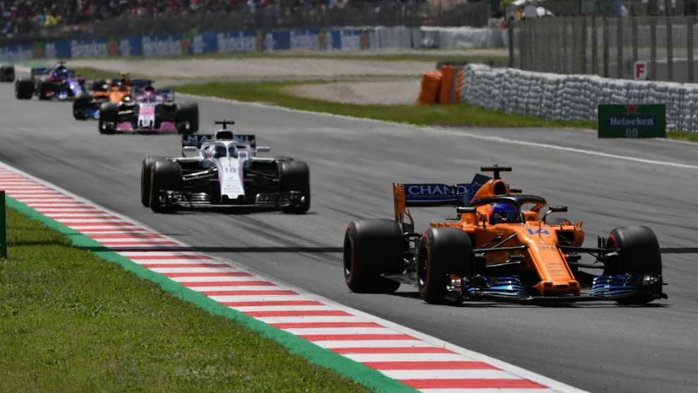 Fernando Alonso delante de varios rivales