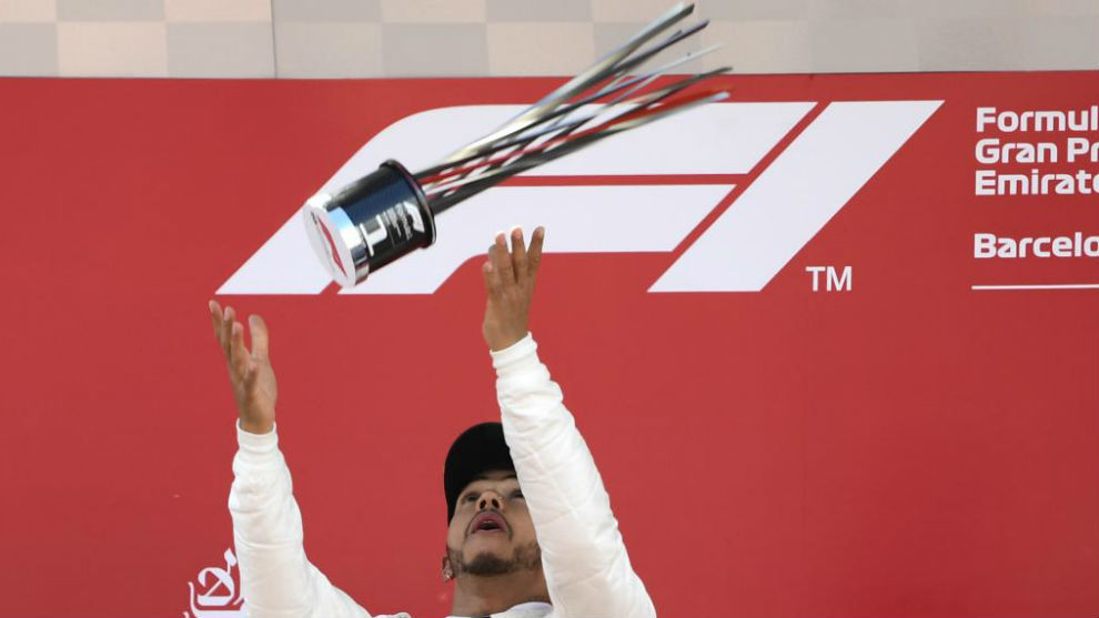 Lewis Hamilton, en el podio de Barcelona.