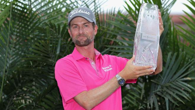 Webb Simpson (32 años), con el trofeo que le acredita ganador del...