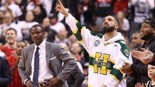 Drake apunta al cielo ante la mirada de Casey