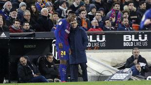 Valverde habla con Yerry Mina en Mestalla.
