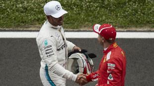 Hamilton y Vettel se estrechan la mano tras la clasificación del...