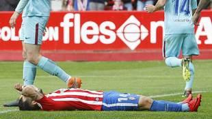 Rubén García, desolado en el suelo tras fallar una ocasión de gol