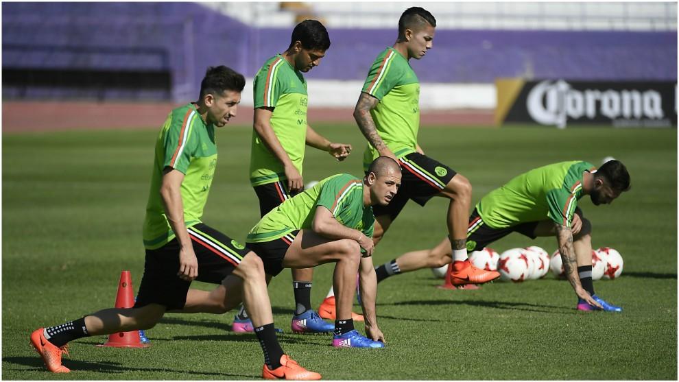 Algunos jugadores de la selección mexicana, en un calentamiento.