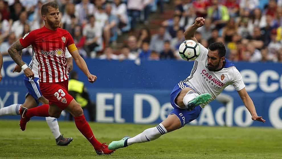 Borja remata ante Morcillo en el partido de La Romareda ante el...
