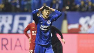 Liu Ruofan se lamenta durante un partido con el Shanghai Shenhua.