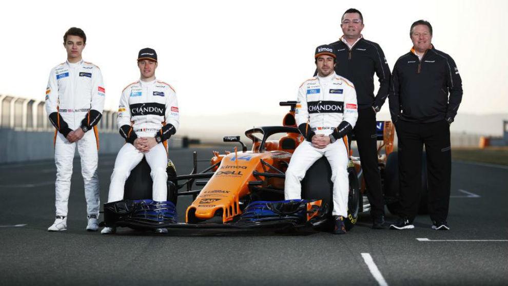 Norris y Vandoorne (izquierda), junto a Alonso, Boullier y Brown, en...