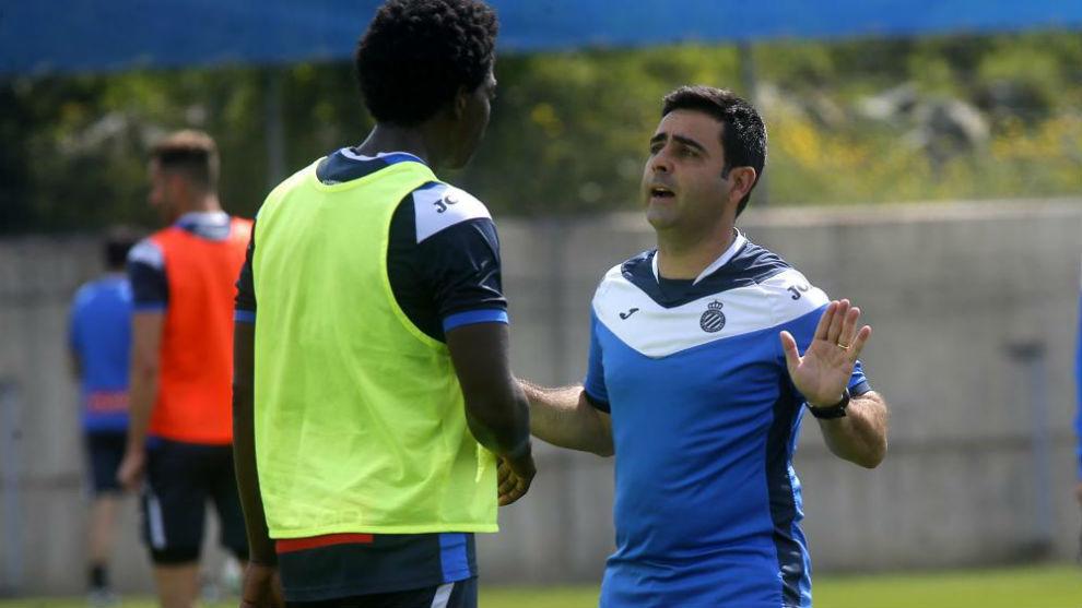 Carlos Sánchez atiende a las explicaciones de David Gallego