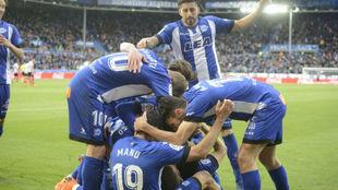 Los jugadores del Alavés celebrando un gol esta temporada.