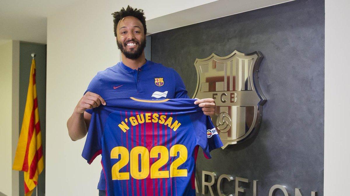 N?Guessan posa con la camiseta del Barça, que defenderá hasta junio...