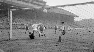 Alfredo Di Stefano marca un gol contra el Eintracht en una final de la...