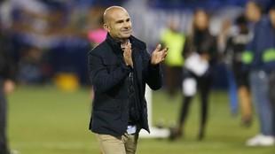 Paco López saluda a la afición del Levante en Leganés.