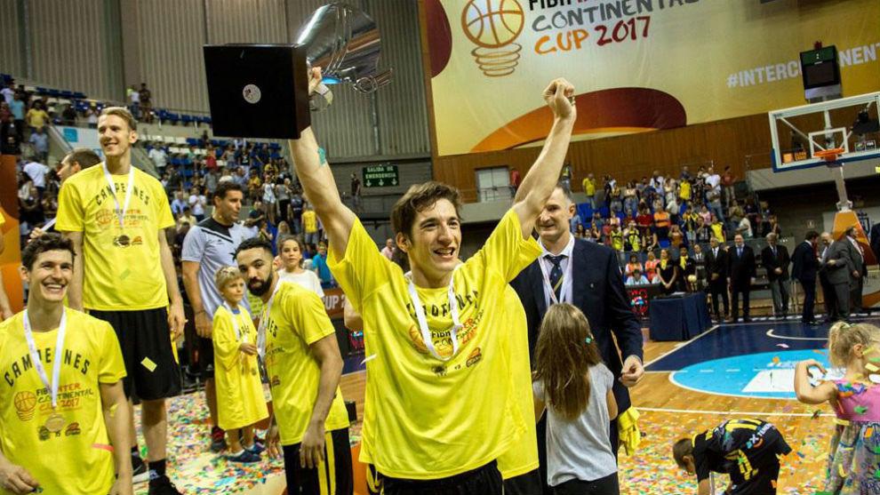 Nico Richotti levanta el trofeo de campe