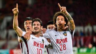 Pato y Witsel celebran el gol del Tianjin.