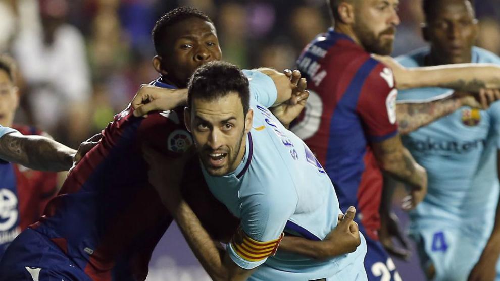 Busquets pugna con Lerma en el último Levante-Barça.