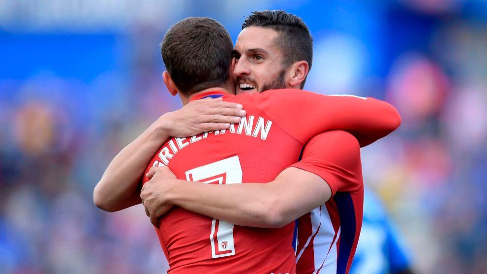 Griezmann y Koke se abrazan durante el partido del Getafe