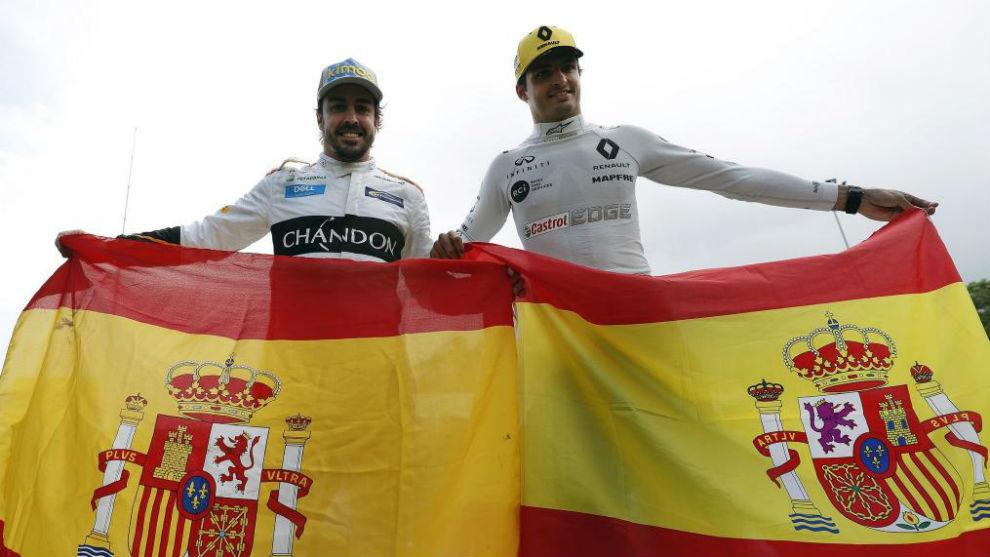 Carlos Sainz y Fernando Alonso, con la bandera de España, en el GP de...