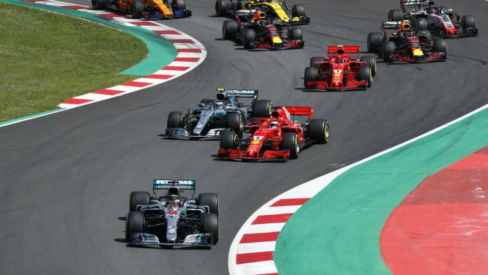Las primeras curvas del GP de España, con Mercedes por delante de...