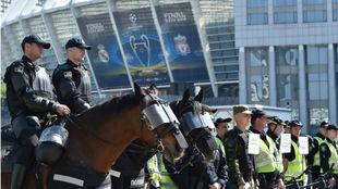 La policía de Kiev, en el estadio que albergará la final de la...