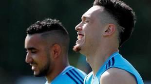 Ocampos, en un entrenamiento junto a su compañero Payet.