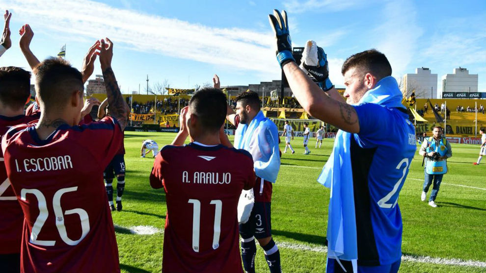 Los jugadores de Talleres aplauden tras su partido ante Olimpo.