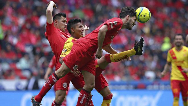 Santiago García evita que Raúl ruidéz reciba el balón en la...